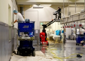 Schildewerk en reiniging wanden plafond fabriek